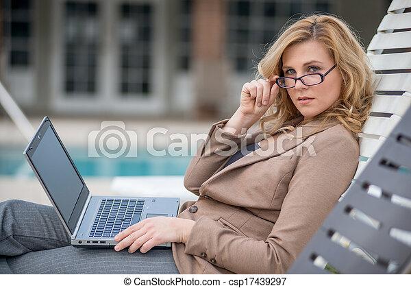 kobieta, oddalony, pracujący, kariera, młody, dwudziestki, kaukaski - csp17439297
