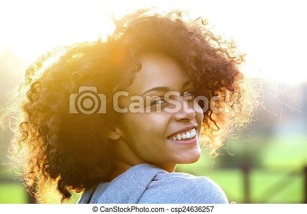 kobieta, outdoors, młody, radosny, amerykanka, afrykanin, uśmiechanie się - csp24636257