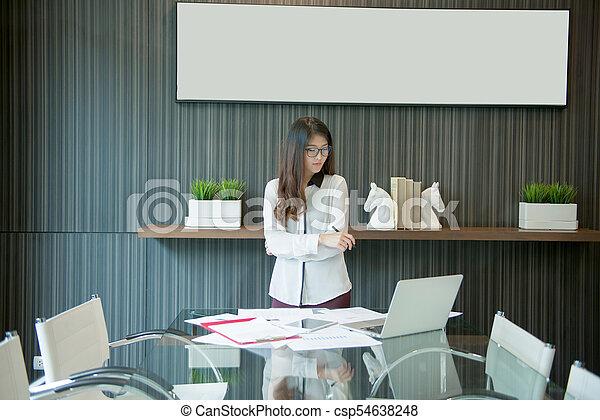 kobieta, pokój, handlowy, asian, spotkanie, przedstawiając - csp54638248