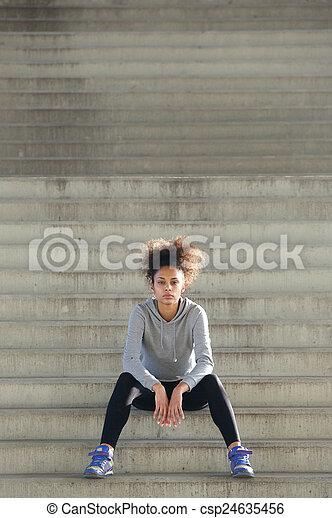kobieta posiedzenie, młody, lekkoatletyka, kroki, pociągający, sam - csp24635456