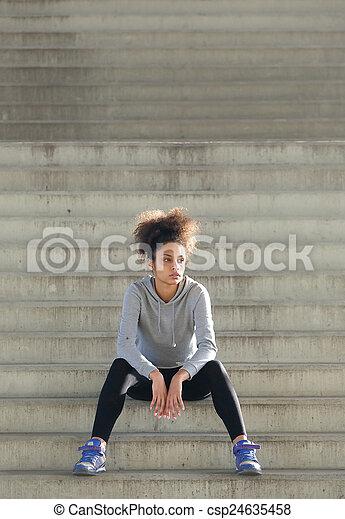 kobieta posiedzenie, młody, lekkoatletyka, outdoors, schody - csp24635458