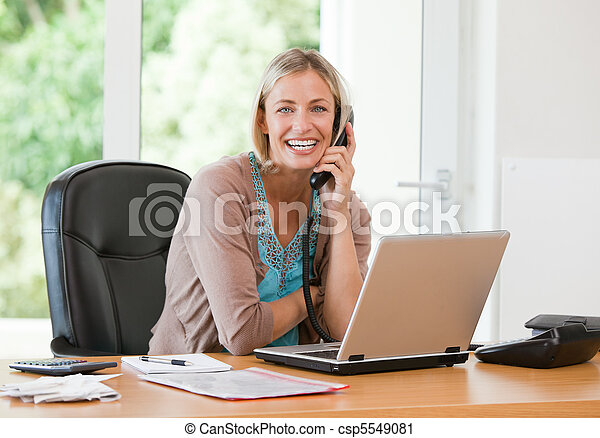 kobieta, pracujący, jej, znowu, telefonowanie, komputer, ona - csp5549081