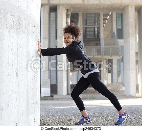 kobieta rozciąganie, młody, lekkoatletyka, outdoors, uśmiechanie się, ruch - csp24634373