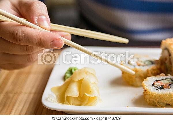 Kobieta, sushi, młody, jedzenie, pałeczki do jedzenia, wały ...