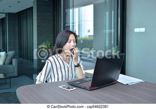 kobieta, ziewanie, pracujący, handlowy, laptop, asian, przód, mieszkanie, przypadkowy - csp54622381