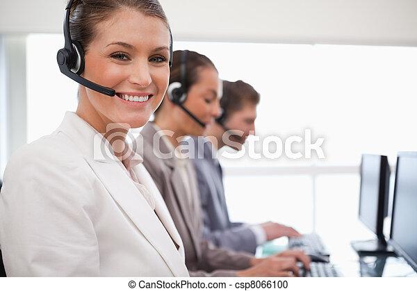 koledzy, środek, jej, przedstawiciel, za, rozmowa telefoniczna, uśmiechanie się - csp8066100