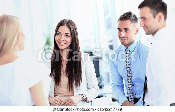 koledzy, jego, handlowe spotkanie, praca, -, dyrektor, dyskutując - csp42217779