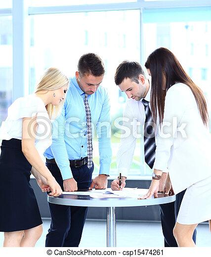 koledzy, jego, handlowe spotkanie, praca, -, dyrektor, dyskutując - csp15474261