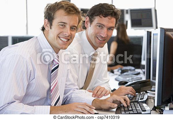 koledzy, komputer, pracujący razem - csp7410319