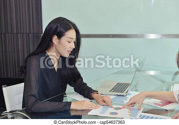 kolega, kobieta, dyskutując, asian handlowy - csp54637363