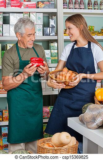 kollege, weibliche , verkäufer, supermarkt, arbeitende  - csp15369825