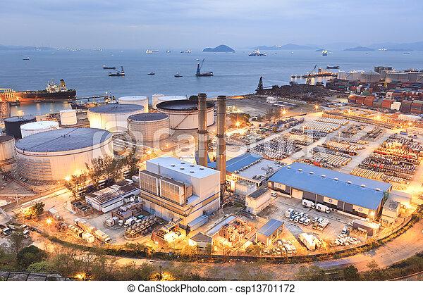 Tanques de petróleo por la noche en Hong Kong - csp13701172