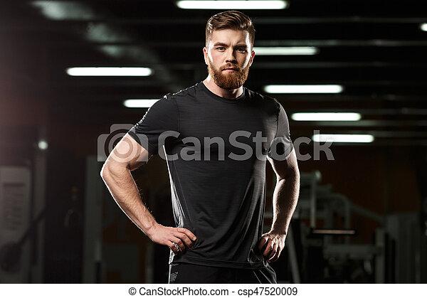 Konzentrierter, gutaussehender Sportmann, der in der Turnhalle posiert - csp47520009