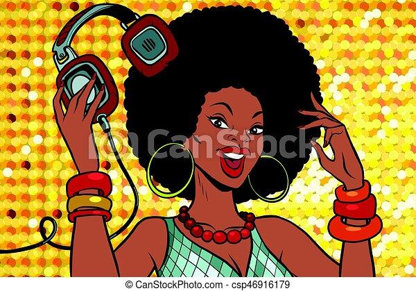 Afrikanische Amerikanerin DJ mit Kopfhörern - csp46916179