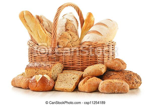 Brot und Brötchen im Korb, isoliert auf weiß - csp11254189