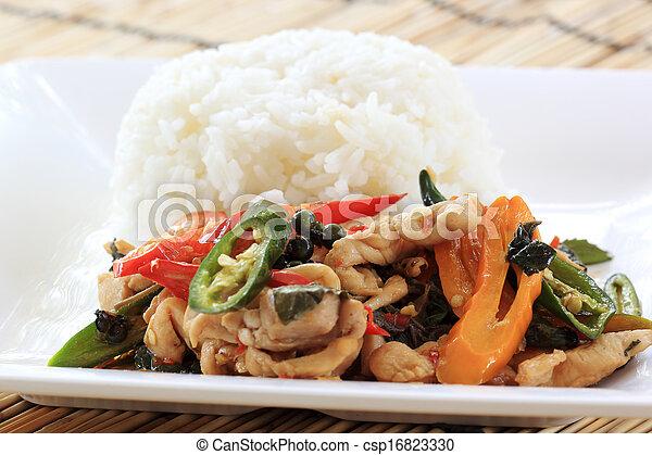 Pollo frito con albahaca y arroz al vapor (Krapao gai) - csp16823330