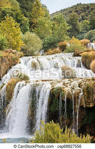 Krka, sibenik, croatia - krka Kaskaden führen zu einem Flussbett - csp68827556