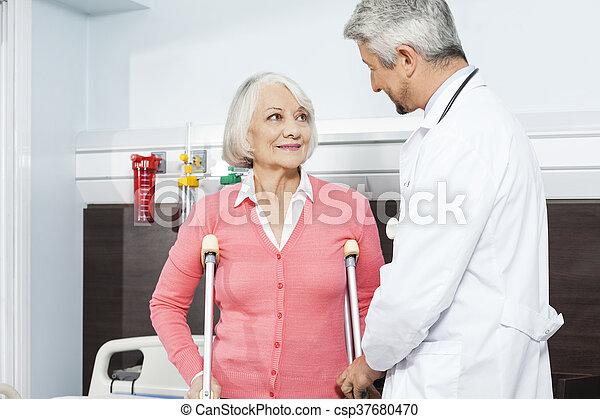 krukken, patiënt, centrum, arts, het kijken, rehab - csp37680470