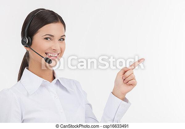kund, vacker, pekande, service, hörlurar med mikrofon, bort, ung, isolerat, representative., medan, kamera, representativt, kvinnlig, vit, se, lycklig - csp16633491
