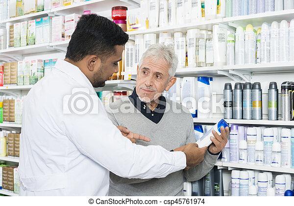 kunde, assistieren, produkt, älter, apotheker, kaufen - csp45761974