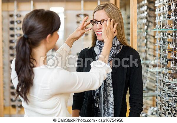 kunde, tragen, assistieren, brille, salesgirl - csp16754950