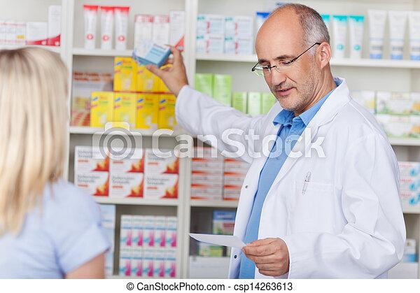 kunde, vorgeschrieben, nehmen medizin, apotheker, heraus - csp14263613