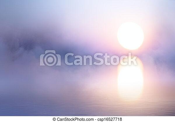 Kunst friedlicher Hintergrund, Nebel über Wasser bei Sonnenaufgang - csp16527718