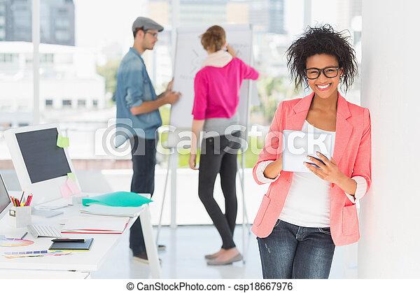 kunstenaar, achtergrond, digitale , vrouwlijk, collega's, gebruik, tablet, ongedwongen kantoor, helder - csp18667976