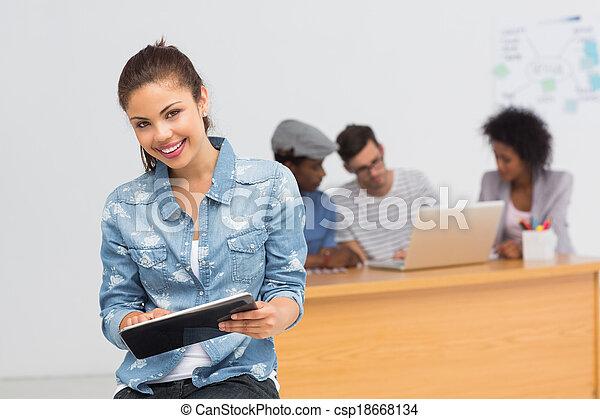 kunstenaar, achtergrond, digitale , vrouwlijk, collega's, gebruik, tablet, ongedwongen kantoor, helder - csp18668134