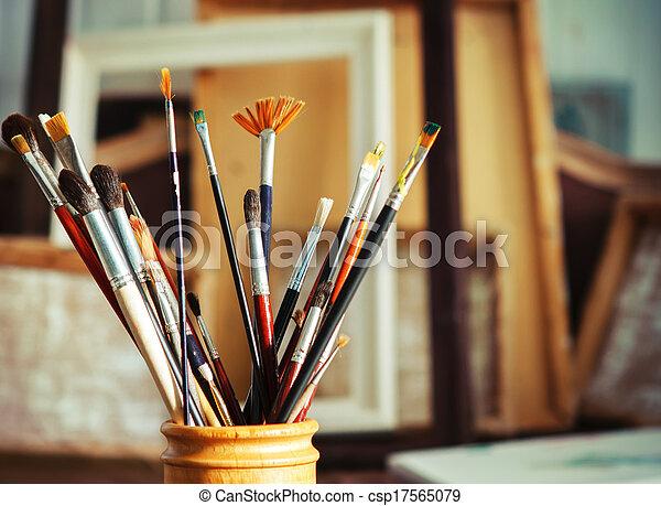 kunstenaar, borstels, op, studio, afsluiten, schilderij - csp17565079