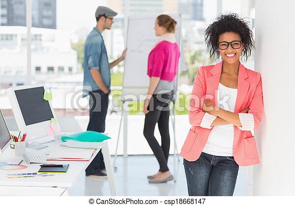 kunstenaar, vrouwlijk, collega's, ongedwongen kantoor - csp18668147