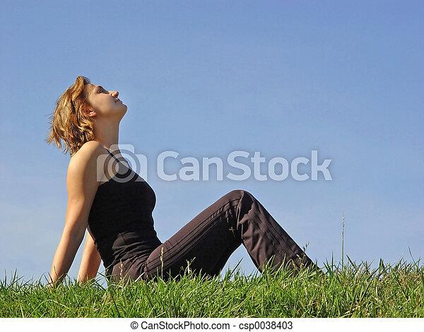 kvinde, græs - csp0038403