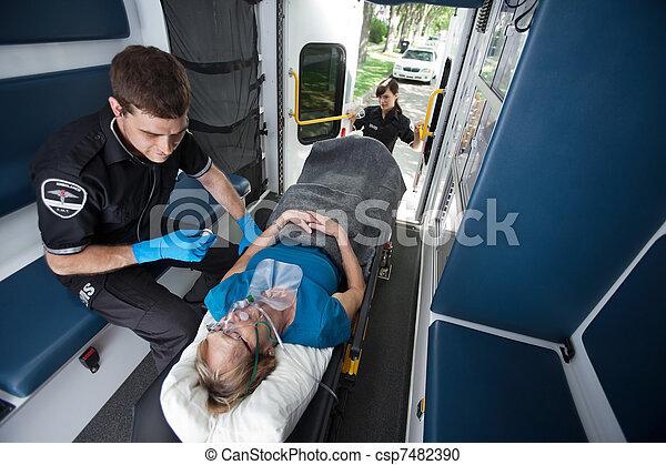 kvinde, nødsituation, medicinsk, senior, modta, omsorg - csp7482390