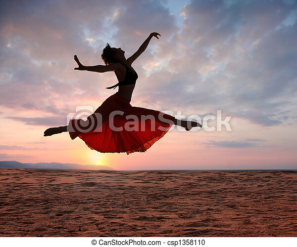 kvinde, solnedgang, springe - csp1358110