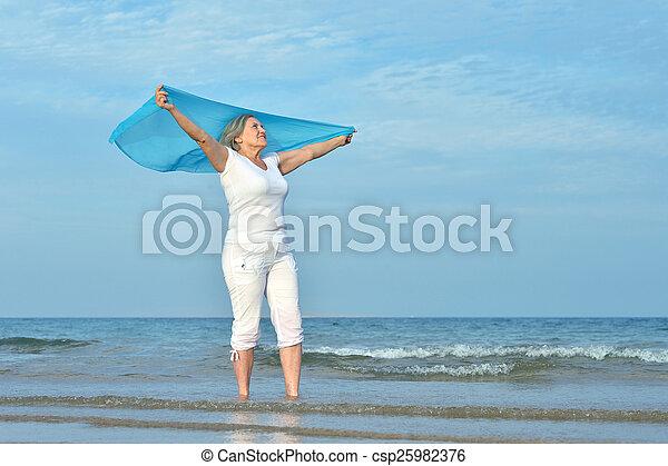 kvinna, äldre, lycklig - csp25982376
