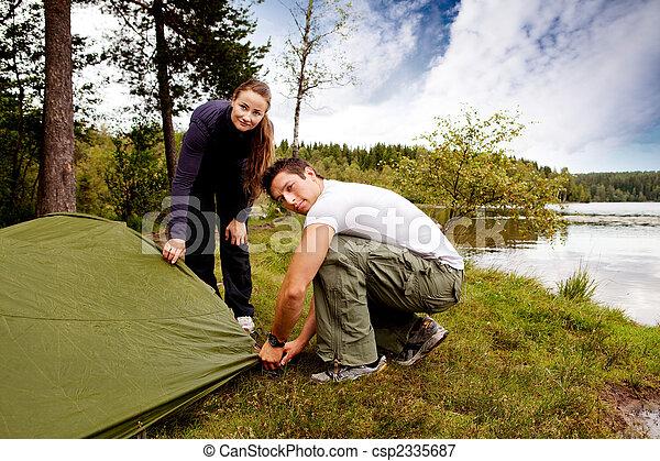 Tröttsam, kvinna vandring, spark, se, man, tält. Tröttsam