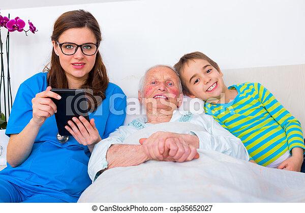 kvinna, familjen manipulerar, nöje, senior, ha - csp35652027