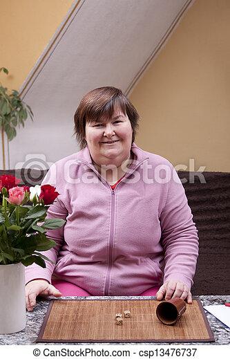 kvinna, handikappad, tärningar, nöje, har, lyror - csp13476737