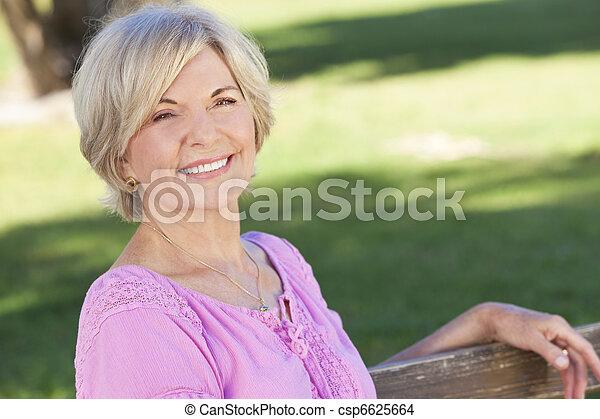 kvinna sitta, utanför, le, senior, lycklig - csp6625664