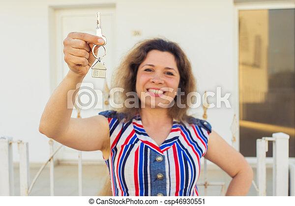 kvinna, stämm, hus, ung, färsk, främre del, hem, lycklig - csp46930551