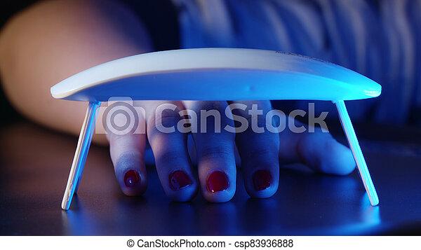 lámpara, ultravioleta, instrumento, método, clavos, secado, polaco, moderno, maestro, mujer, hogar, alone., hands., gel, rojo, fue adelante, equipo, pinturas, manicure., uv, trabajando - csp83936888