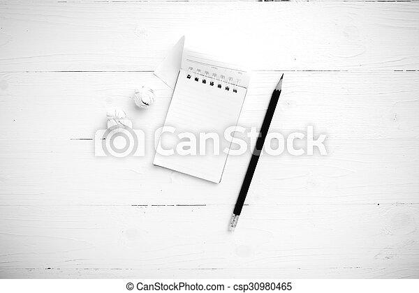 Notepad con papel arrugado y lápiz negro y color blanco - csp30980465