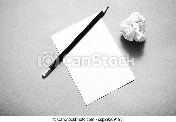 Lápices en papel claro con bolas de papel desmenuzadas estilo color blanco y negro - csp29289193