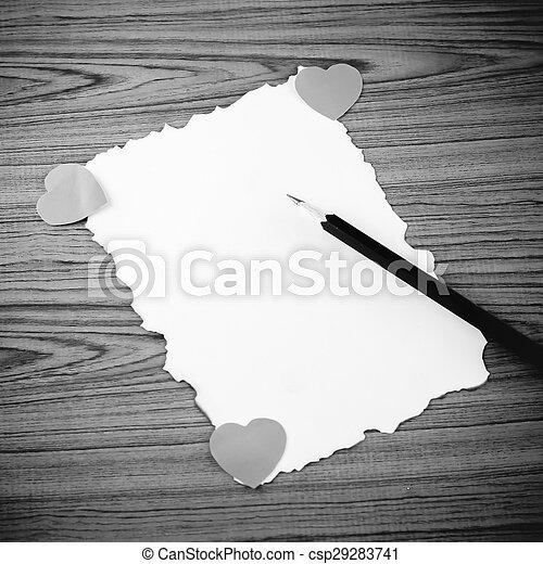 Papel blanco con lápiz y corazón negro y color blanco - csp29283741