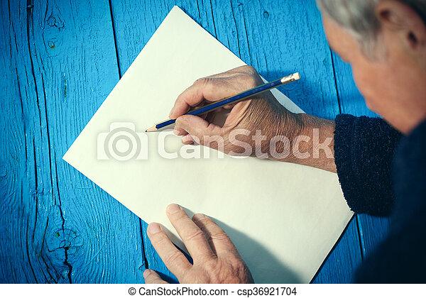 Un anciano con hoja de papel y lápiz en blanco - csp36921704