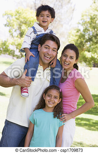 Die Familie im Freien lächelt - csp1709873