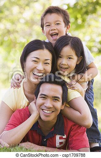 lächeln, familie, liegen, draußen - csp1709788