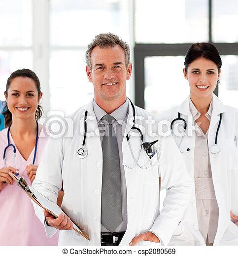 Senior Smiling Doktor mit seinen Kollegen - csp2080569