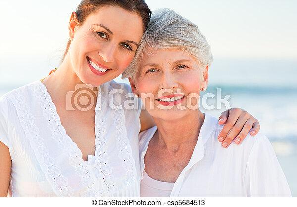 Lächelnde Tochter mit ihrer Mutter - csp5684513