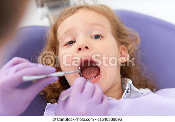 Lächelndes Mädchen beim Zahnarzt - csp48389895